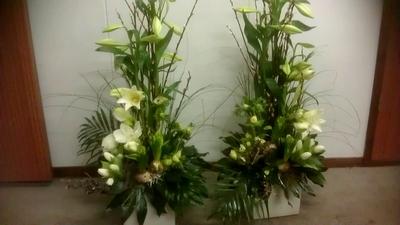 bloemstukken naast de baar