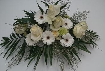 bloemstuk altaarstuk met witte bloemen