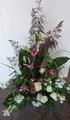 bloemstuk naast de baar of kerkversiering