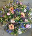 bloemstuk modern div kleuren met wilgenhout